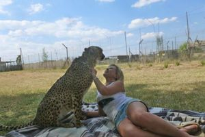 the_girl_who_is_friends_with_a_cheetah_640_12