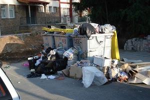 Εργαζόμενοι βρήκαν στα σκουπίδια βιβλίο με 15.000 ευρώ
