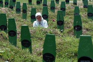Φόρο τιμής στα θύματα της Σρεμπρένιτσα αποτίουν Βόσνιοι