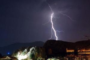 Κεραυνός βύθισε στο σκοτάδι την Αλεξανδρούπολη