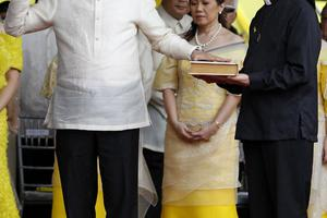 Πρόεδρος των Φιλιππίνων ο γιος της Κορασόν Ακίνο