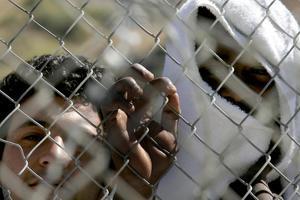 «Βράζει» η Σάμος από τον εγκλωβισμό προσφύγων και μεταναστών για μήνες