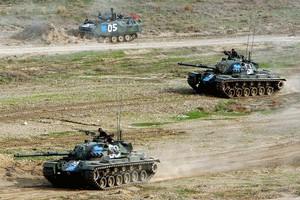 «Οι χρεοκοπημένοι Έλληνες αγοράζουν άρματα μάχης»