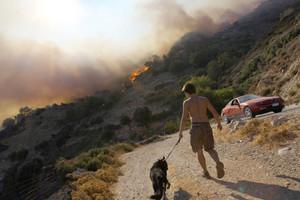 Φωτιά σε δύσβατη περιοχή στα Γρεβενά