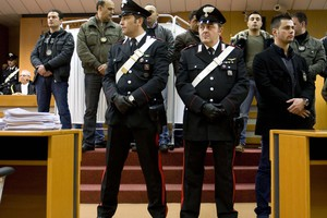Μαζικές συλλήψεις για διασυνδέσεις με τη μαφία