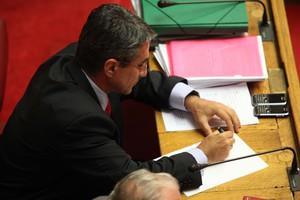 Το νέο look με το οποίο εμφανίστηκε ο Ανδρέας Λοβέρδος στη Βουλή