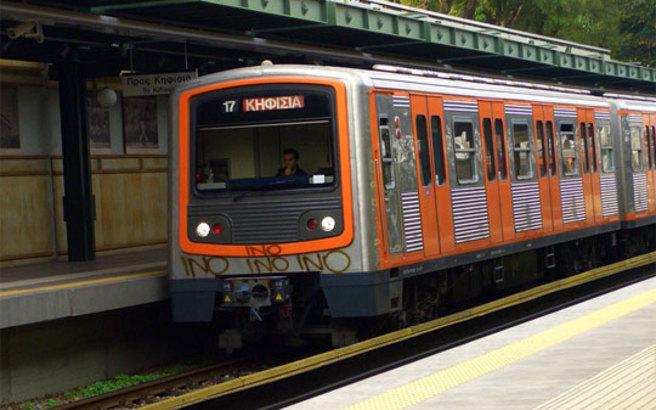 Άνδρας λιποθύμησε και έπεσε στις ράγες του τρένου στην Ομόνοια