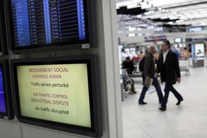 Ακυρώνονται οι μισές πτήσεις στο Παρίσι