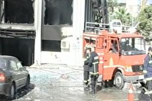 Ακόμα καπνίζει η πολυκατοικία στο Ηράκλειο