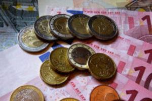 Μείωση αποδοχών ζήτησαν οι τραπεζίτες