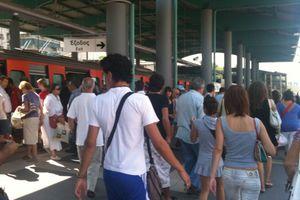 «Στάζουν» όσοι περιμένουν μετρό και ηλεκτρικό