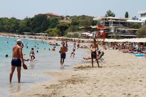 Στις παραλίες οι Έλληνες για να ξεσκάσουν