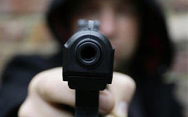 Αιματηρή ληστεία με πυροβολισμούς σε κάβα στη Σαλαμίνα