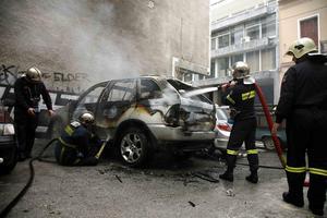 Φωτιά σε δύο αυτοκίνητα τη νύχτα σε Δάφνη και Δραπετσώνα