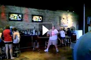 Θεϊκός χορός από πελάτη μέσα σε μπαρ