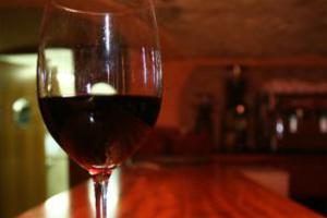 Νέα έρευνα εξετάζει τα οφέλη του κόκκινου κρασιού