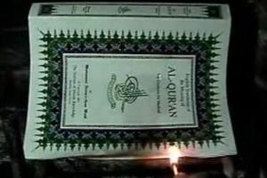 «Κάπνισε» τη Βίβλο και το Κοράνι…