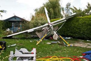 Αεροσκάφος καρφώθηκε στην αυλή τους