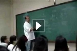 Καθηγητής καταστρέφει κινητό μαθητή