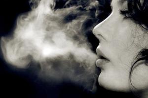 Το κάπνισμα γερνάει το δέρμα
