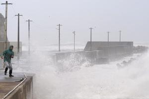 «Σαρώνει» ο τυφώνας Φανάπι