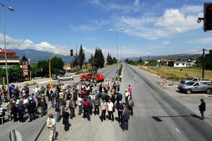 Κάτοικοι του Ξυλοκάστρου έκλεισαν συμβολικά την Εθνική οδό Αθηνών-Πατρών