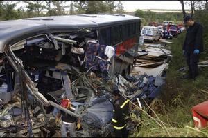 Μακελειό από σύγκρουση λεωφορείου με φορτηγό
