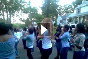 Ποια πασίγνωστη τραγουδίστρια χορεύει στους... δρόμους;