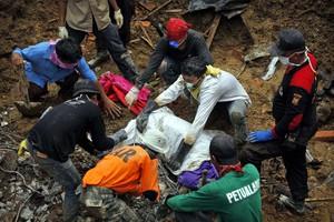 Κατέρρευσε πολυσύχναστη γέφυρα στην Ινδονησία