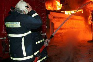 Καίγεται αποθήκη στο Δομοκό