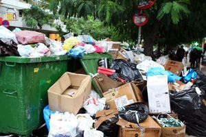 Σε «κλοιό» σκουπιδιών και η Θεσσαλονίκη