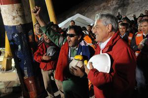 Άγιος Βασίλης από τη... Βοσνία στέλνει δώρα στους Χιλιανούς μεταλλωρύχους
