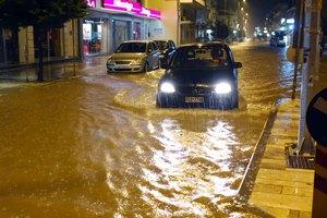 Πλημμύρισαν δρόμοι και υπόγεια στην Αττική