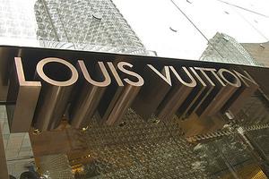Ο κύριος «Louis Vuitton» τρέχει να γλιτώσει από τους φόρους