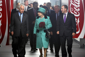 Βασιλική επίσκεψη στην Coca Cola