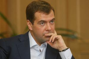 Δεν ανακοινώνει ακόμη υποψηφιότητα ο Μεντβέντεφ