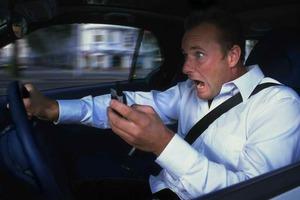Γιατί η συνομιλία στο κινητό αποσπά τους οδηγούς