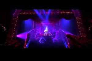 Η Κριστίνα Αγκιλέρα τραγουδάει σε καμπαρέ