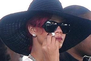 Γιατί κλαίει η Rihanna;