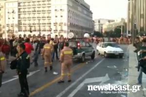 Οι δασοπυροσβέστες κλείνουν το δρόμο μπροστά από τη Βουλή