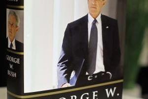 Παλιές πληγές ξύνουν τα απομνημονεύματα Μπους