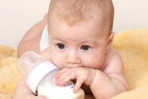 Πότε αρχίζει το μωρό να τρώει στερεά τροφή;