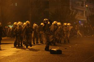 Επιτέθηκαν με μολότοφ στο αστυνομικό τμήμα Εξαρχείων και σε διμοιρία των ΜΑΤ