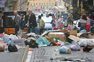 Τόνοι σκουπιδιών «πνίγουν» τη Νάπολη
