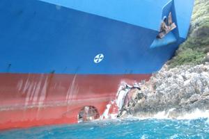 Πλοίο προσάραξε σε βράχια στη Σύρο