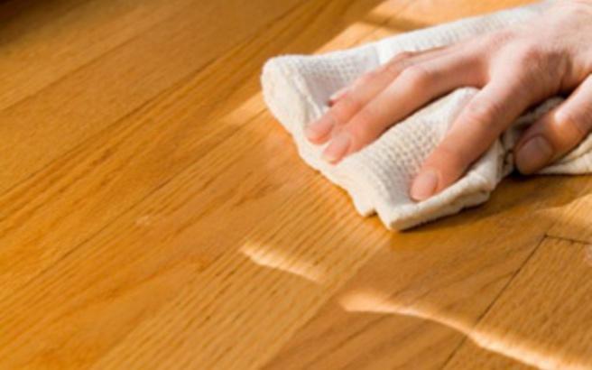 Πώς θα κάνετε τα ξύλινα πατώματα να λάμπουν σαν καθρέφτες