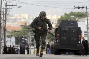 Εισβολή και κατ' οίκον περιορισμός σε ταξίαρχο ενόπλων δυνάμεων