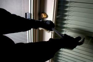 Έφτασε σπίτι και είδε τους κλέφτες να πηδάνε από τη βεράντα