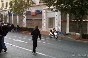 Διαδηλωτές… κυνηγούν τα ΜΑΤ