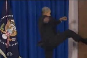 Η κλωτσιά του Ομπάμα στην πόρτα